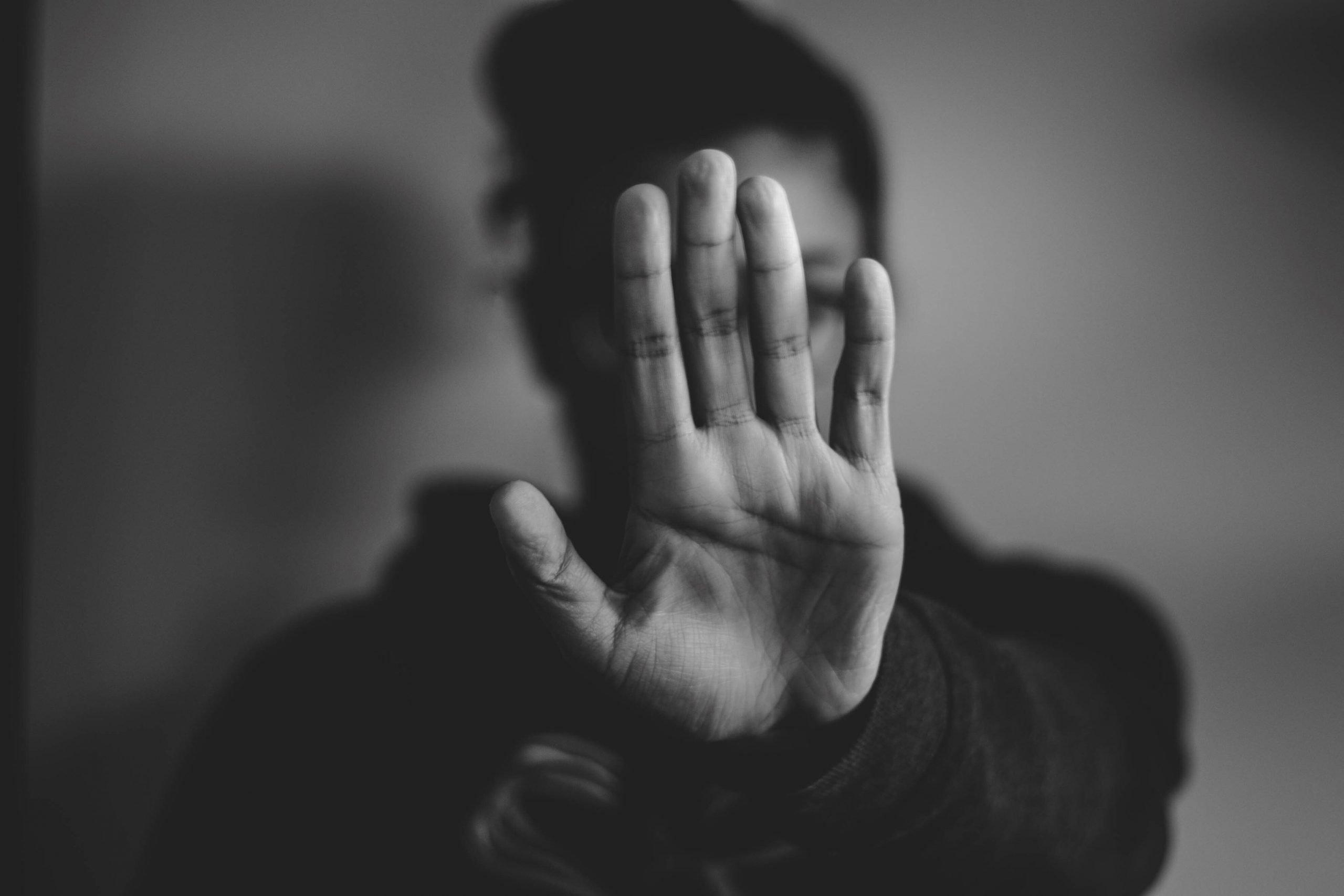 main devant le visage pour dire stop