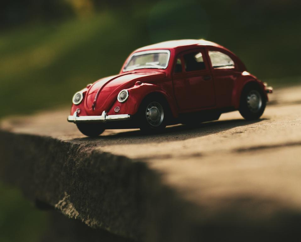 voiture jouet au bord du précipice