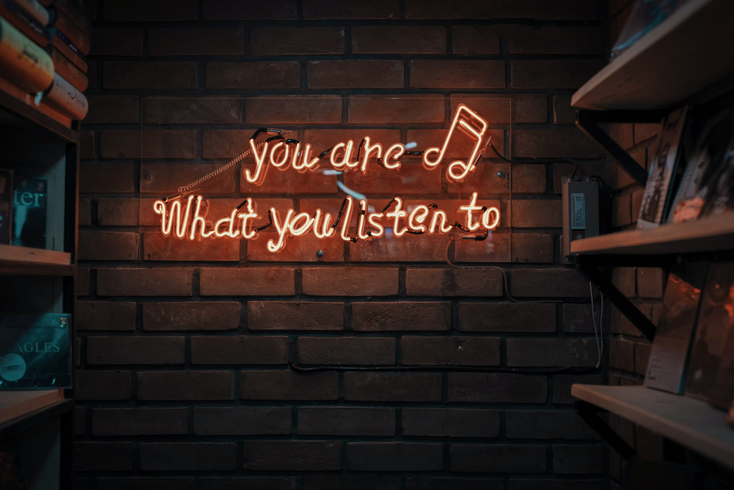 """lettres néon """"you are what you listen to"""""""