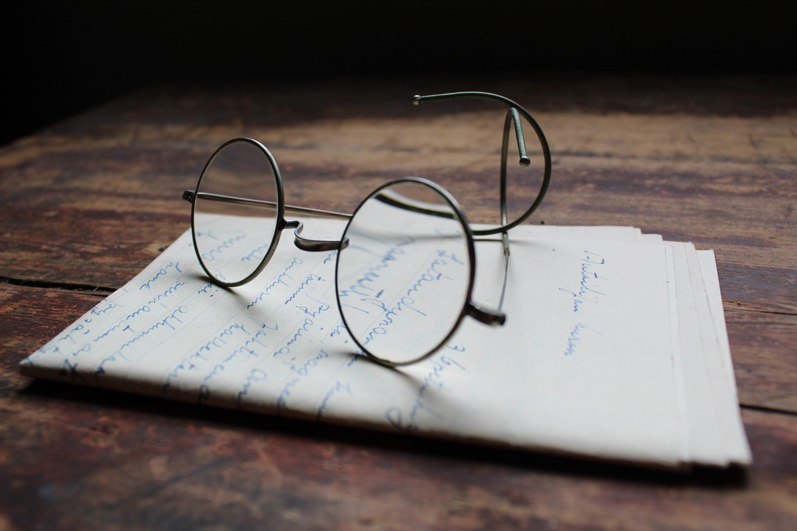 lunettes sur une lettre manuscrite c'est dur de vieillir