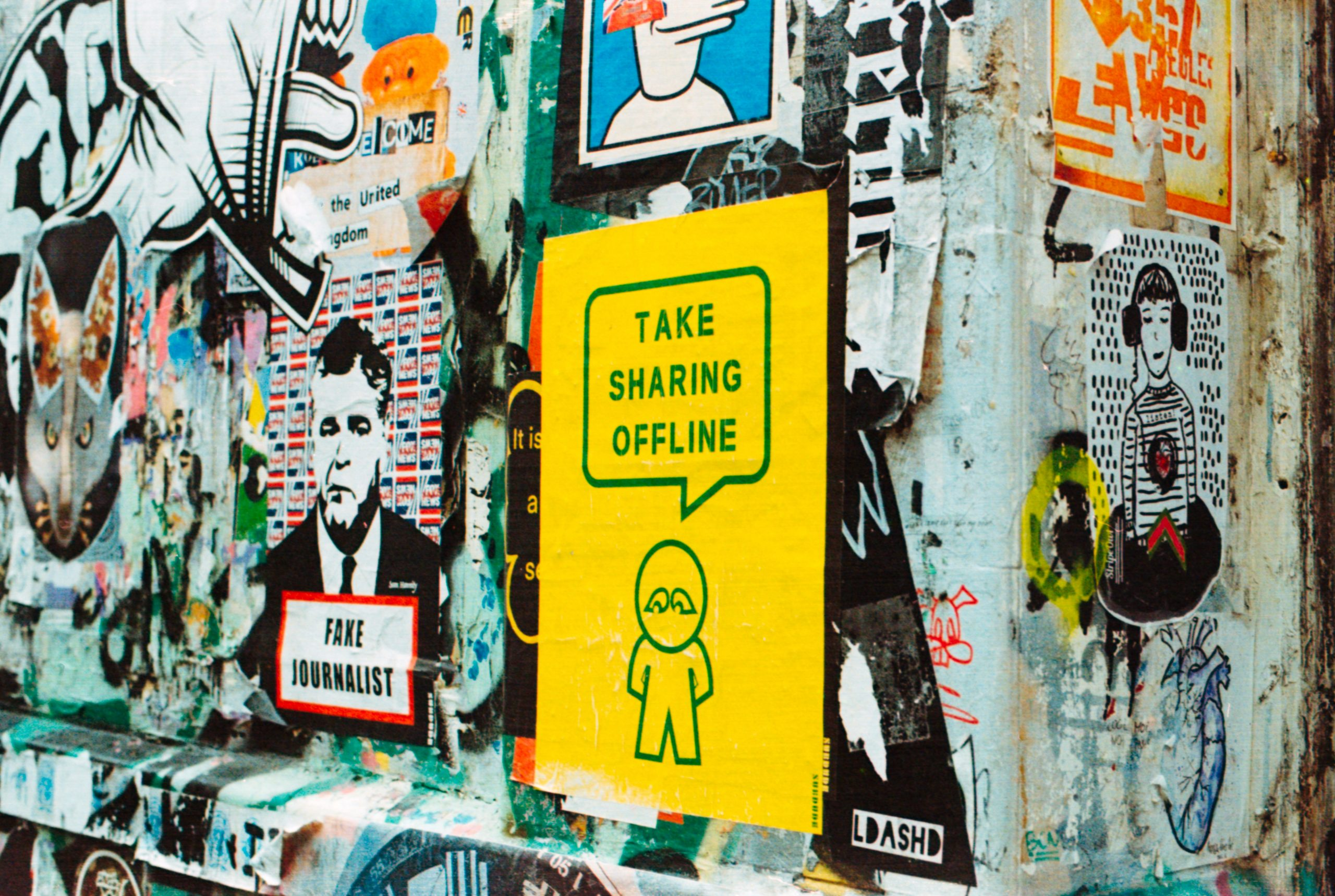 """Affiche sauvage dont l'une dit """"take sharing offline"""""""