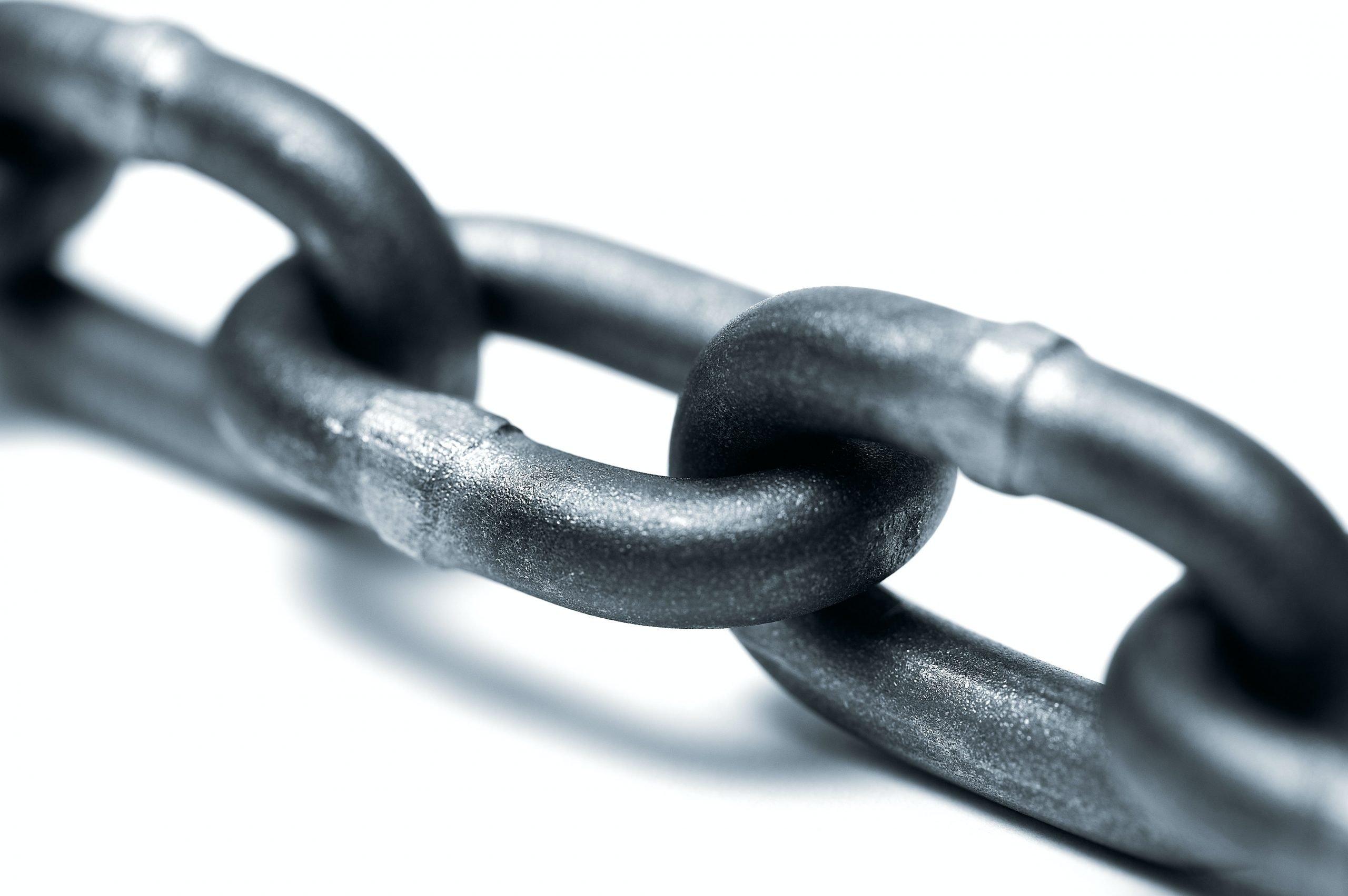 chaîne en métal qui a l'air solide