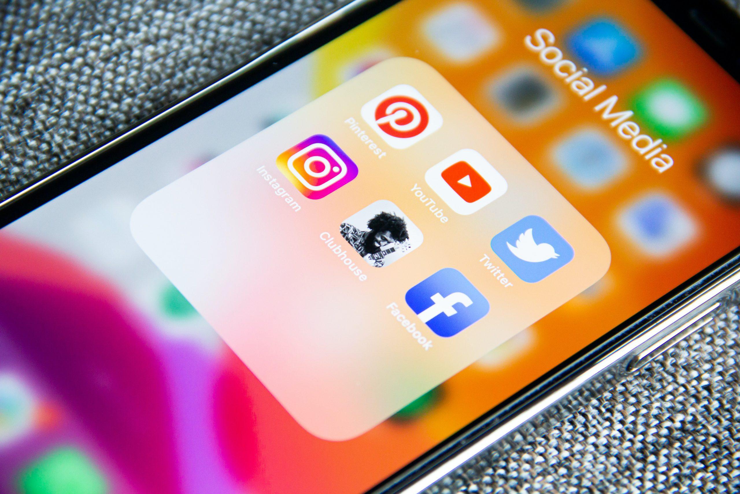 Ecran d'iPhone - dossier Social media - icônes Pinterest, Youtube, Twitter, Instagram, ClubHouse, Facebook