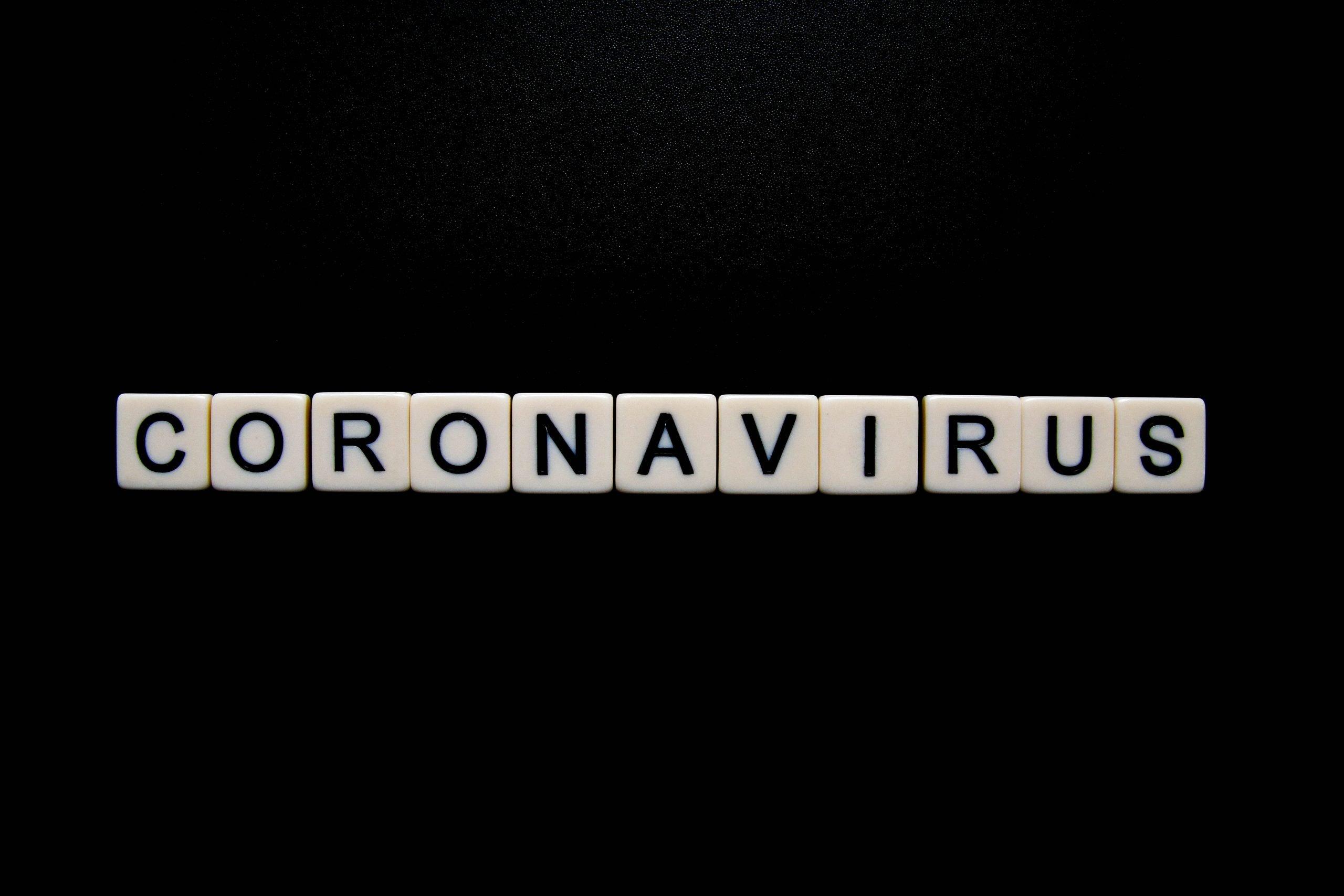 Coronavirus en lettres de Scrabble