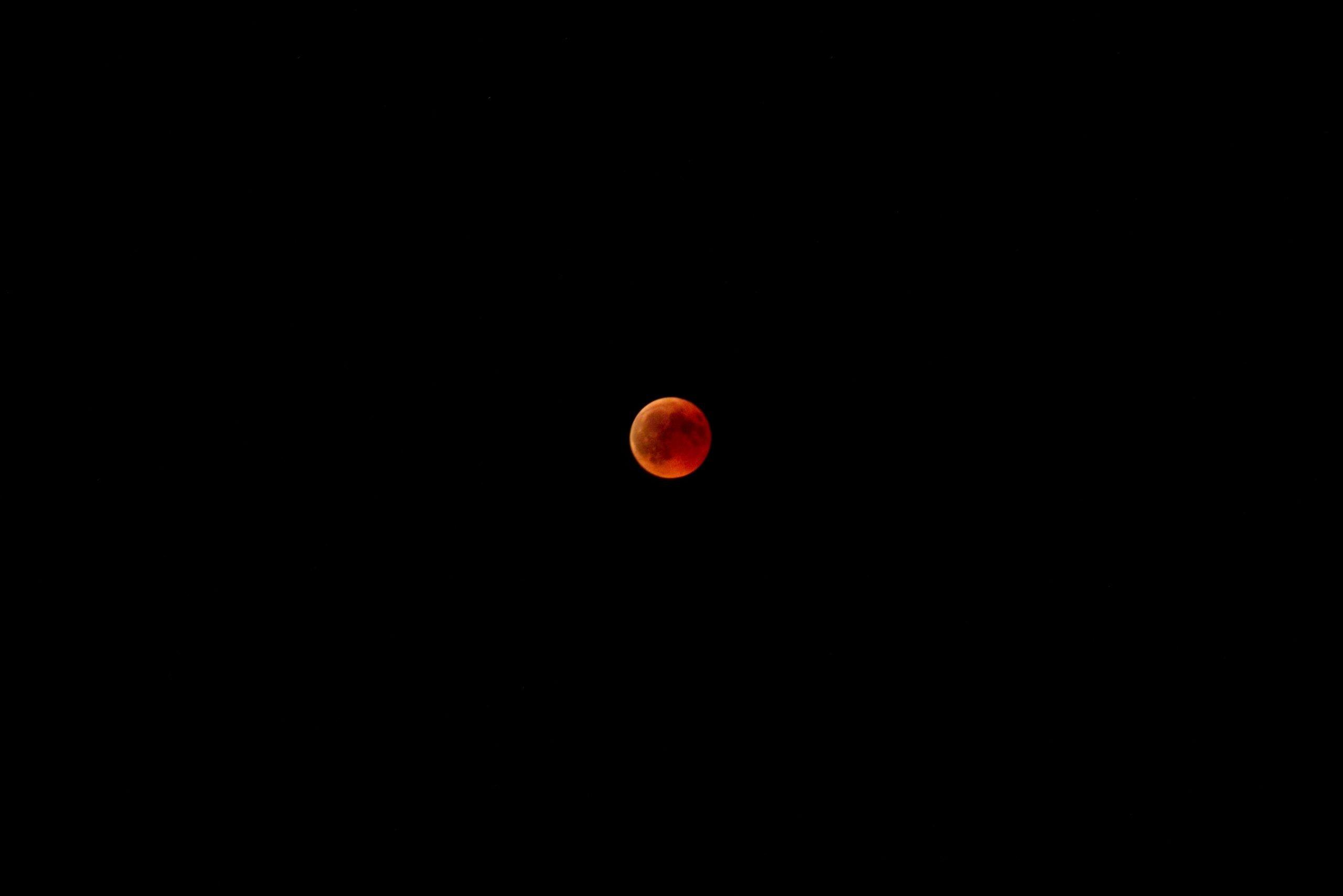 planète rouge dans un ciel noir sans étoile