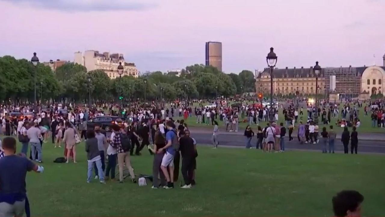 Fête sauvage aux Invalides à Paris le 12 juin 2021