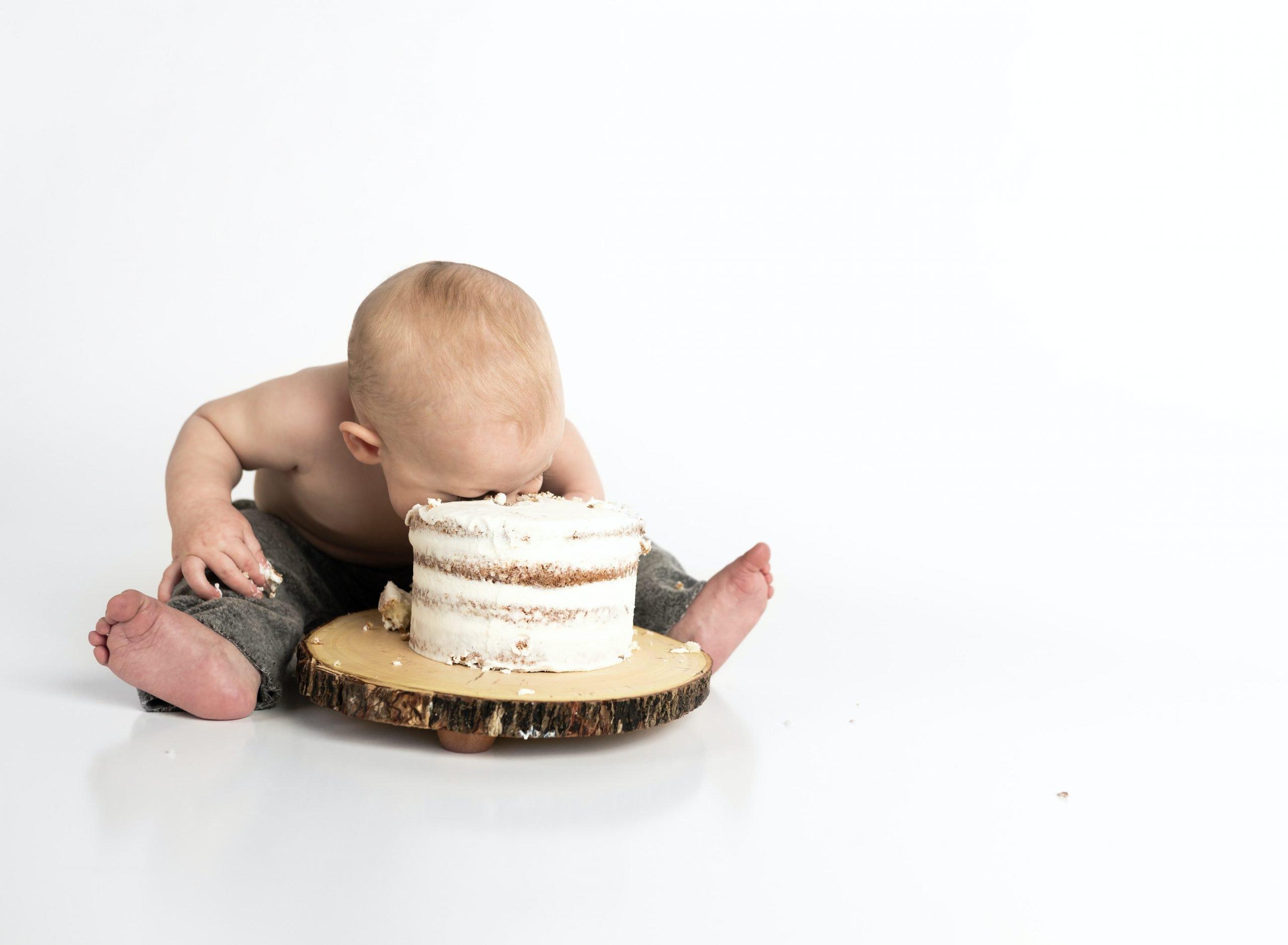 Enfant la tête dans un gâteau