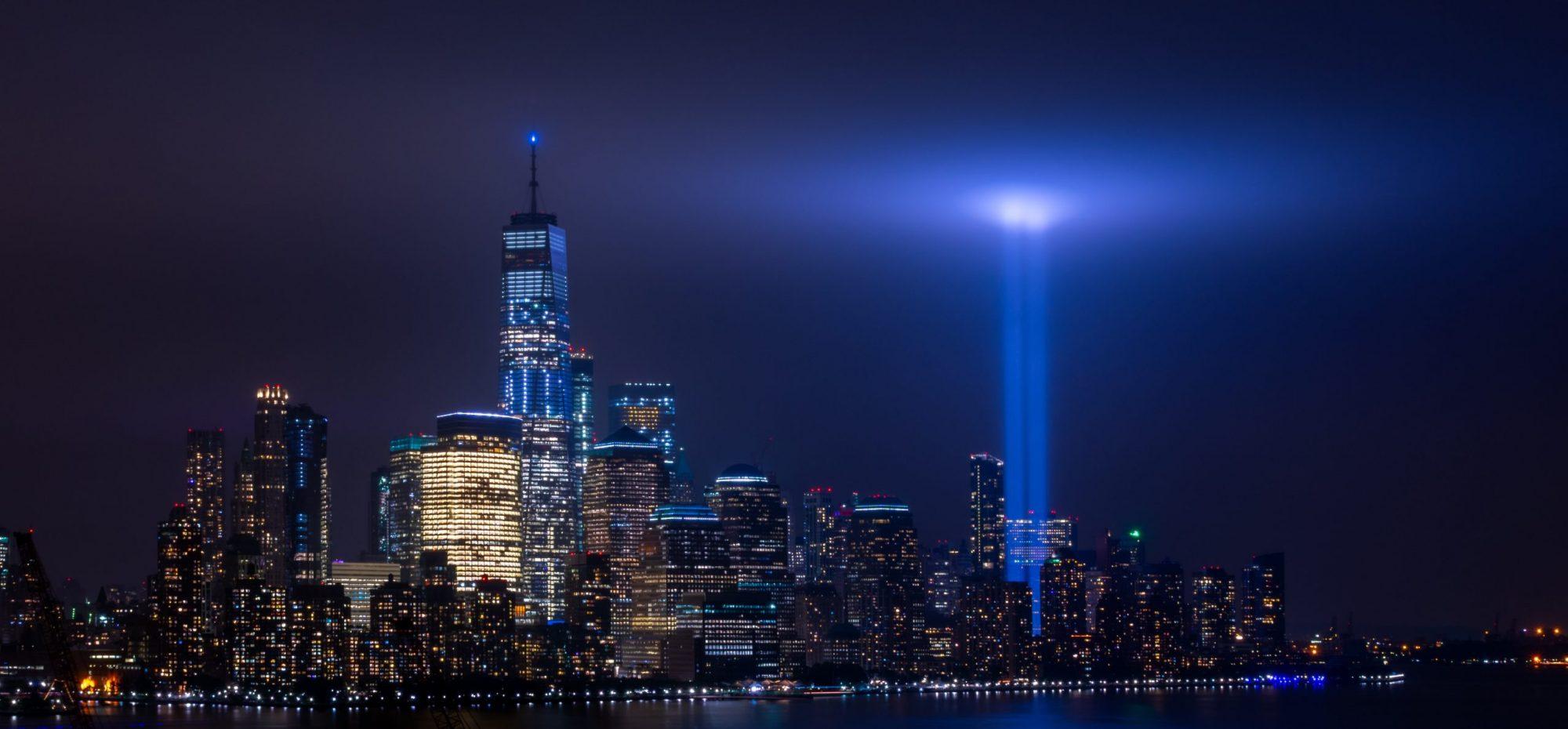 9/11 photo de New York avec des raies de lumière à la place des tours qui sont tombées