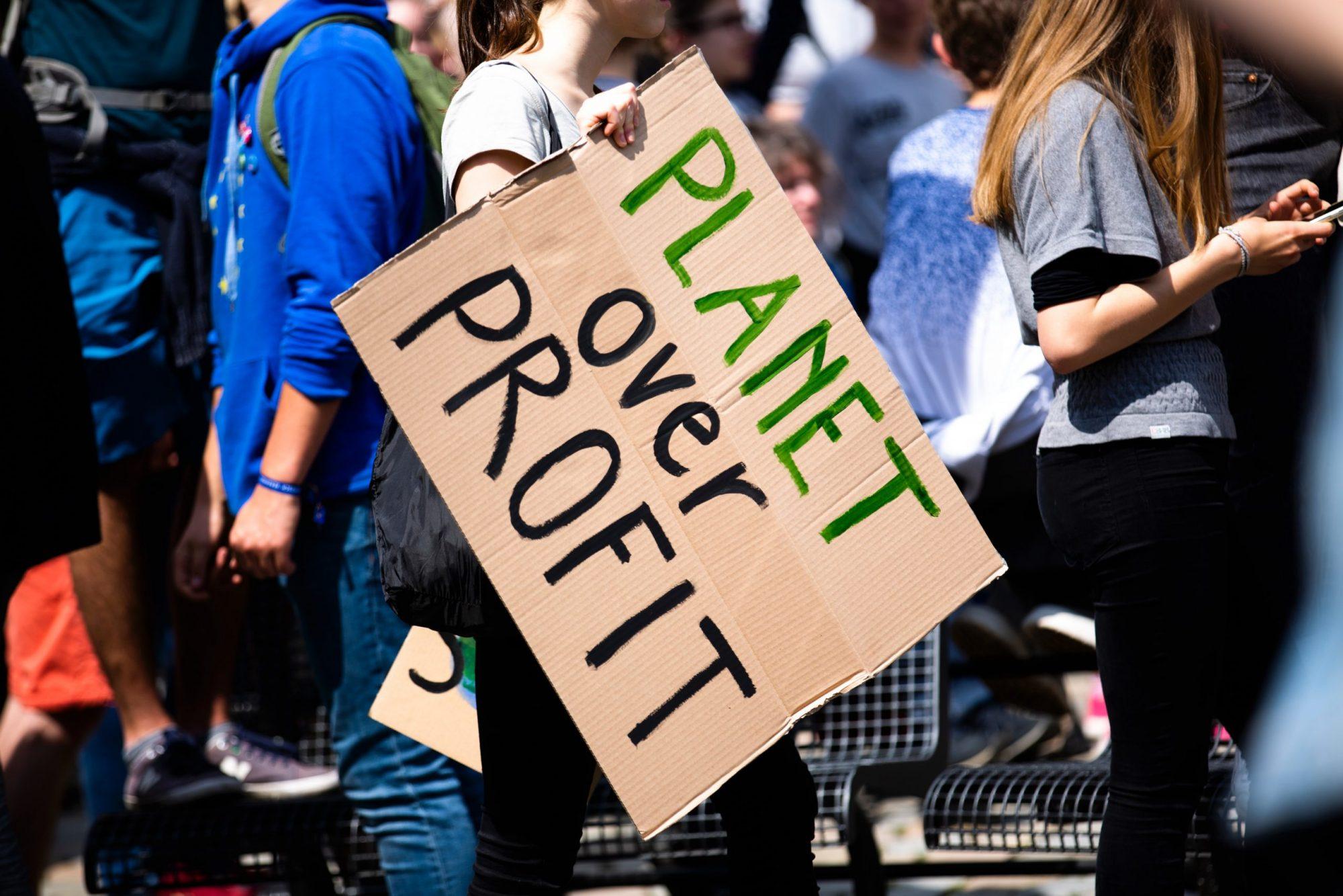 planet over profit sur une pancarte